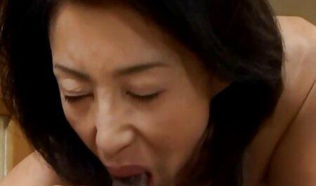 Cô gái với xem sec me ke lớn cung cấp cho một thổi kèn trong một phòng khách sạn